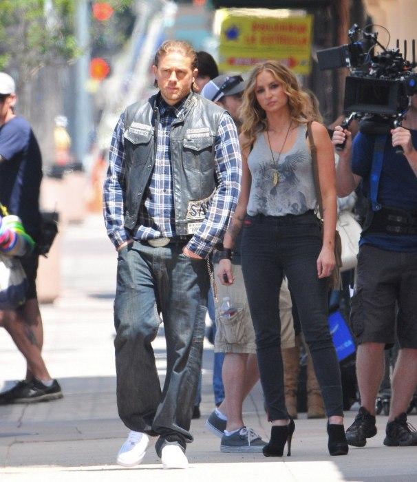 Charlie Hunnam e Drea de Matteo sul set di SoA 7