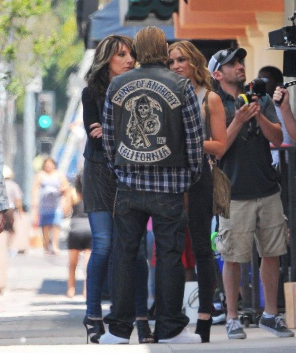 Charlie Hunnam Katey Sagal e Drea de Matteo sul set di SoA 7