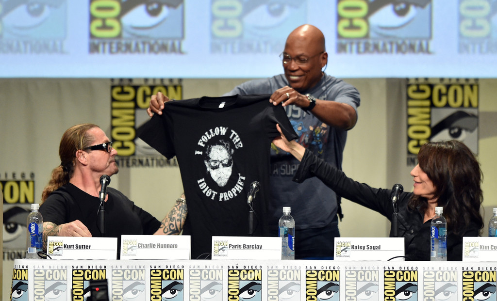 "Kurt Sutter e la t shirt ""I Follow The Idiot Prophet"""